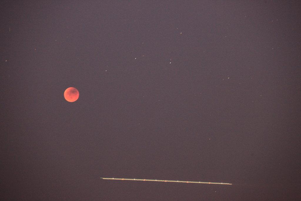 Eclipsi de lluna a les 22:35, amb rastre d'avió