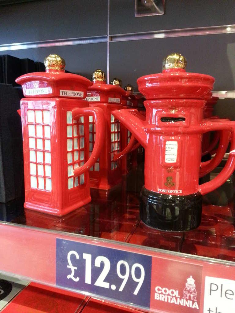 Teteres amb forma de bústia i cabina de telèfon